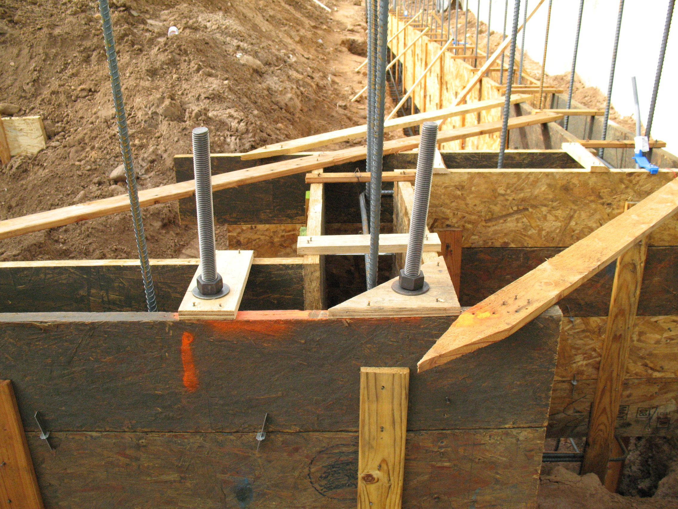 Building Frame Bolt : House foundation forms and structural reinforcement tips